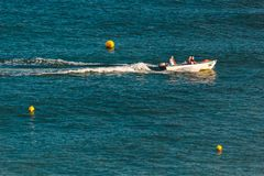 Βάρκα που πλέει στον ωκεανό κοντά στην ακτή του Λάγκος, Πορτογαλία στοκ εικόνα με δικαίωμα ελεύθερης χρήσης