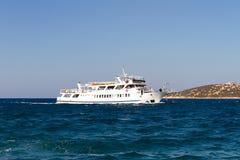 Βάρκα που πλέει από το νησί της Κρήτης Στοκ Φωτογραφία