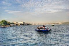 Βάρκα που πλέει με το Βόσπορο Στοκ Φωτογραφία