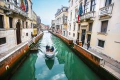 Βάρκα που πλέει στα ιταλικά κανάλι νερού Στοκ Εικόνες