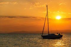 Βάρκα που πλέει στη θάλασσα ενάντια στον ουρανό κατά τη διάρκεια του ηλιοβασιλέματος Στοκ Εικόνες