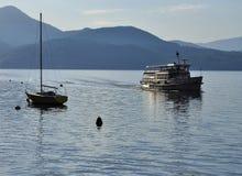 Βάρκα που πλησιάζει Cannero Riviera, λίμνη (lago) Maggiore, Ιταλία Στοκ Εικόνες