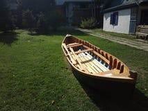 Βάρκα που στηρίζεται στη χλόη Στοκ Φωτογραφία