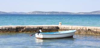 Βάρκα που σχετίζεται μέχρι την αποβάθρα Στοκ εικόνες με δικαίωμα ελεύθερης χρήσης