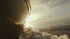 Βάρκα που ταξιδεύει στο χρυσό ηλιοβασίλεμα φιλμ μικρού μήκους