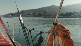 Βάρκα που φθάνει στο λιμάνι απόθεμα βίντεο