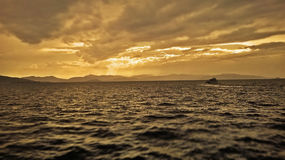 Βάρκα που ψάχνει την κάλυψη μπροστά από μια θύελλα που στηρίζεται στη Μεσόγειο Στοκ Φωτογραφία