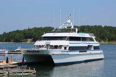 Βάρκα προσοχής φαλαινών στο ιστορικό λιμάνι φραγμών Στοκ Φωτογραφία