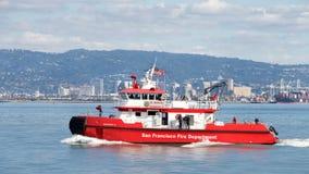 Βάρκα 3 πυρκαγιάς που ταξιδεύει μέσω του κόλπου του Σαν Φρανσίσκο Στοκ εικόνες με δικαίωμα ελεύθερης χρήσης