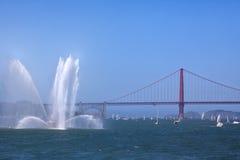 Βάρκα πυρκαγιάς - Sailboats - χρυσή εικόνα γεφυρών πυλών Στοκ Εικόνα
