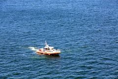 Βάρκα πυροβόλων όπλων ακτοφυλακής στο Newport Harbor Στοκ εικόνα με δικαίωμα ελεύθερης χρήσης