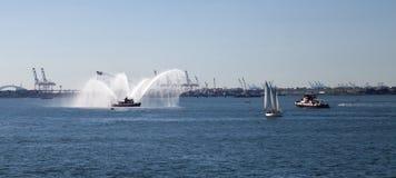 Βάρκα πυροσβεστικής υπηρεσίας πόλεων της Νέας Υόρκης στον ποταμό του Hudson Στοκ φωτογραφία με δικαίωμα ελεύθερης χρήσης