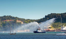 Βάρκα πυροσβεστών όχθεων ποταμού Στοκ Εικόνα