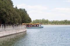 Βάρκα πλησίον με το παλαιό χωριό της Κίνας Στοκ εικόνα με δικαίωμα ελεύθερης χρήσης