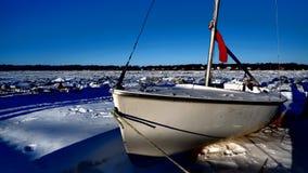 Βάρκα σε ένα ντεκόρ χιονιού και πάγου στοκ φωτογραφίες με δικαίωμα ελεύθερης χρήσης