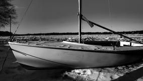 Βάρκα σε ένα ντεκόρ χιονιού και πάγου στοκ φωτογραφία