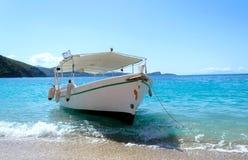 Βάρκα σε μια παραλία Κέρκυρα Στοκ Εικόνες