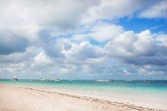 Βάρκα σε μια τροπική παραλία Στοκ εικόνες με δικαίωμα ελεύθερης χρήσης