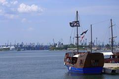 Βάρκα σημαιών πειρατών Στοκ εικόνα με δικαίωμα ελεύθερης χρήσης