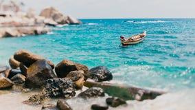 Βάρκα στα κύματα θάλασσας Στοκ εικόνα με δικαίωμα ελεύθερης χρήσης