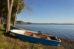 Βάρκα στην ακτή λιμνών Στοκ Εικόνα