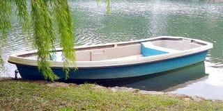 Βάρκα στην ακτή λιμνών Στοκ φωτογραφία με δικαίωμα ελεύθερης χρήσης