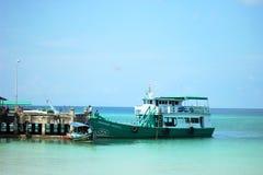 Βάρκα στην αποβάθρα στη σιαμέζα θάλασσα στοκ εικόνα με δικαίωμα ελεύθερης χρήσης