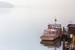 Βάρκα στην αποβάθρα στοκ εικόνα με δικαίωμα ελεύθερης χρήσης