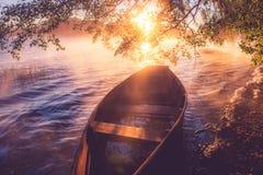 Βάρκα στην αυγή Στοκ εικόνες με δικαίωμα ελεύθερης χρήσης