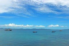 Βάρκα στην μπλε θάλασσα στοκ εικόνες με δικαίωμα ελεύθερης χρήσης