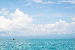 Βάρκα στην μπλε θάλασσα Στοκ εικόνα με δικαίωμα ελεύθερης χρήσης