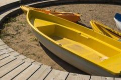 Βάρκα στην παραλία στην άμμο Στοκ φωτογραφία με δικαίωμα ελεύθερης χρήσης