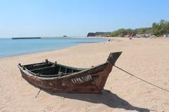 Βάρκα στην παραλία κοντά στην κίτρινη θάλασσα Στοκ φωτογραφίες με δικαίωμα ελεύθερης χρήσης