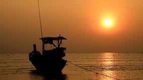 Βάρκα στην παραλία και το ηλιοβασίλεμα απόθεμα βίντεο