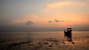 Βάρκα στην παραλία και το ηλιοβασίλεμα φιλμ μικρού μήκους