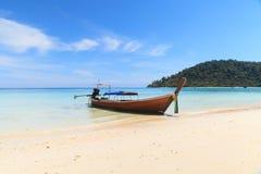 Βάρκα στην παραλία με το μπλε ουρανό Στοκ Εικόνες