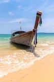 Βάρκα στην παραλία AO Nang, Krabi, Ταϊλάνδη Στοκ εικόνα με δικαίωμα ελεύθερης χρήσης