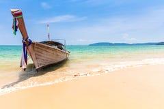 Βάρκα στην παραλία AO Nang, Krabi, Ταϊλάνδη Στοκ Εικόνα