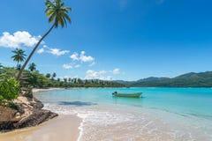 Βάρκα στην τυρκουάζ καραϊβική θάλασσα, Playa Rincon, Δομινικανή Δημοκρατία, διακοπές, διακοπές, φοίνικες, παραλία Στοκ Φωτογραφίες