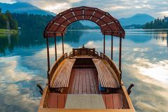 Βάρκα στη λίμνη που αιμορραγείται Στοκ Εικόνα