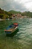 Βάρκα στη λίμνη της Οχρίδας στο χωριό Trpejca Μακεδονία στοκ φωτογραφία