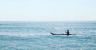 Βάρκα στη βαθιά μπλε θάλασσα Στοκ φωτογραφίες με δικαίωμα ελεύθερης χρήσης