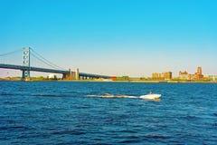 Βάρκα στη γέφυρα του Benjamin Franklin πέρα από τον ποταμό του Ντελαγουέρ στη Φιλαδέλφεια Στοκ Φωτογραφίες