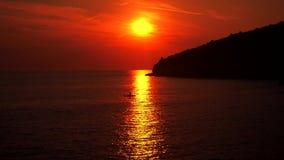Βάρκα στη θάλασσα το βράδυ με το σαφές νερό Ηλιοβασίλεμα απόθεμα βίντεο