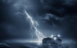 Βάρκα στη καταιγίδα στοκ φωτογραφία