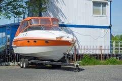Βάρκα στη στάση στη βάρκα θέσεων ακτών, συντήρησης και στάθμευσης, Στοκ Εικόνες