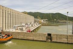 Βάρκα στις κλειδαριές των υδροηλεκτρικών εγκαταστάσεων πυλών σιδήρου στοκ φωτογραφία