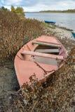 Βάρκα στις όχθεις του μεγάλου ποταμού στοκ εικόνες