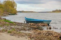 Βάρκα στις όχθεις του μεγάλου ποταμού στοκ φωτογραφίες με δικαίωμα ελεύθερης χρήσης