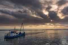 Βάρκα στον ευμετάβλητο ουρανό στοκ εικόνες με δικαίωμα ελεύθερης χρήσης